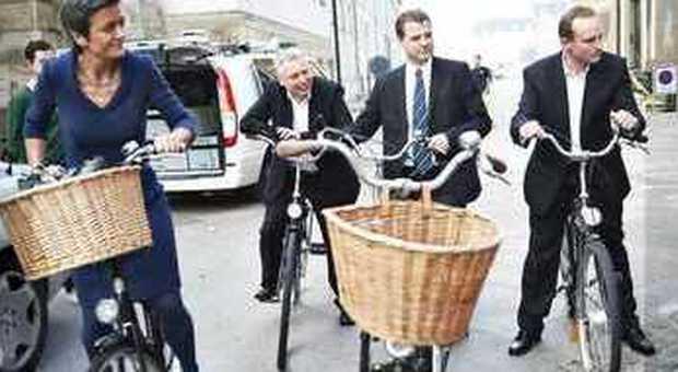 Quattro ministri danesi in bici a Palazzo reale