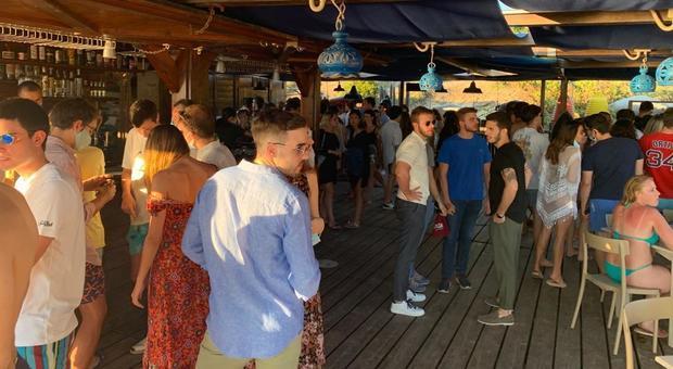 Coronavirus, folla all'aperitivo a Sabaudia: tutti in spiaggia senza distanza (e mascherina)