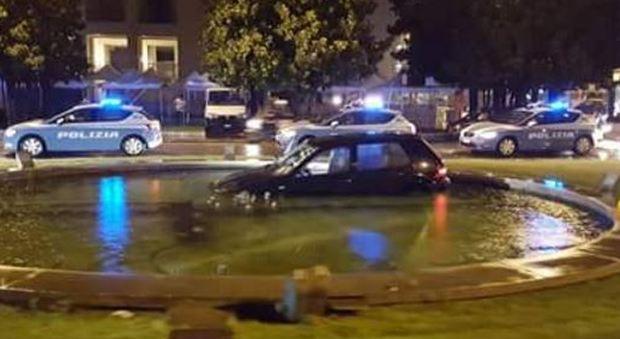 Roma, finisce con l'auto nella fontana. Secondo caso in pochi mesi