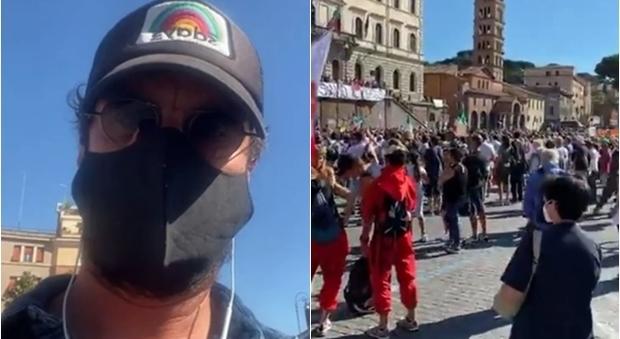 Luca Bizzarri (con la mascherina) alla manifestazione dei negazionisti thumbnail