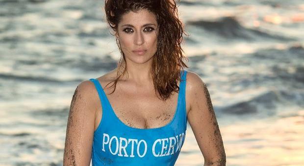 Elisa Isoardi, la foto sexy in costume fa il giro del web. Ma i fan notano un dettaglio...