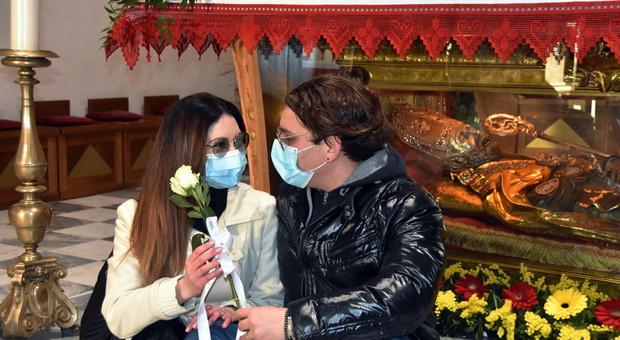 """A Terni l'amore vince sulla pandemia: fidanzati davanti a San Valentino per la promessa di matrimonio, «L'importante è dire """"sì""""»"""