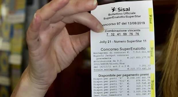 SuperEnalotto, il vincitore dei 209 milioni ritira il premio: dopo due mesi domanda presentata