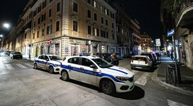 Roma, folla a San Lorenzo: la polizia chiude piazza Immacolata per evitare assembramenti