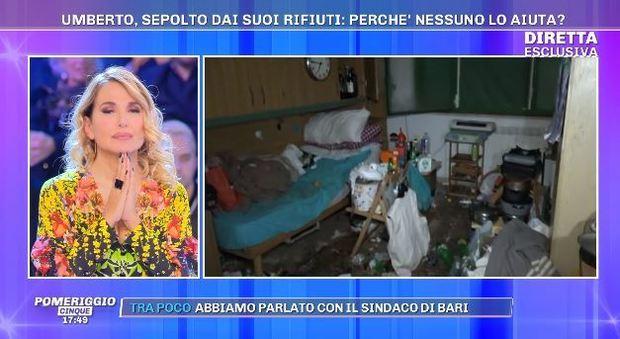 Pomeriggio 5, anziano sepolto in casa tra i rifiuti. L'invito a Barbara D'Urso: «Vieni qui a Natale?»
