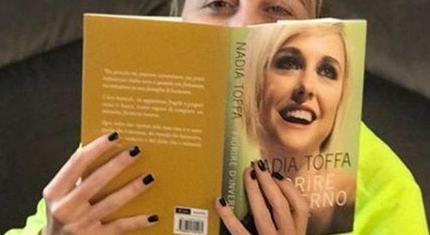Nadia Toffa con il suo libro
