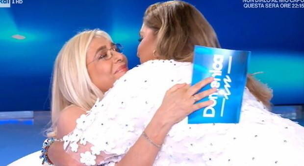 Romina Power, commossa per Taryn, abbraccia Mara Venier. «Non mi frega dei divieti»