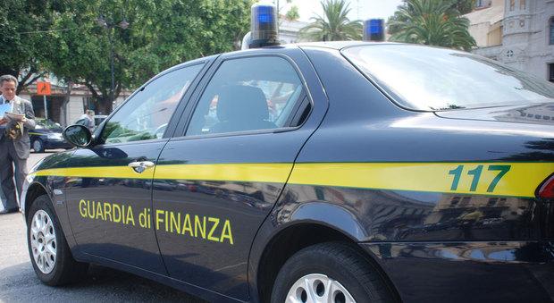 Udine, impiegata di banca truffa i clienti per comprarsi borse di lusso: una truffa da 2 milioni