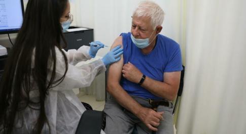 Vaccino, con due dosi «dimezzati gli effetti del long Covid»: lo studio inglese
