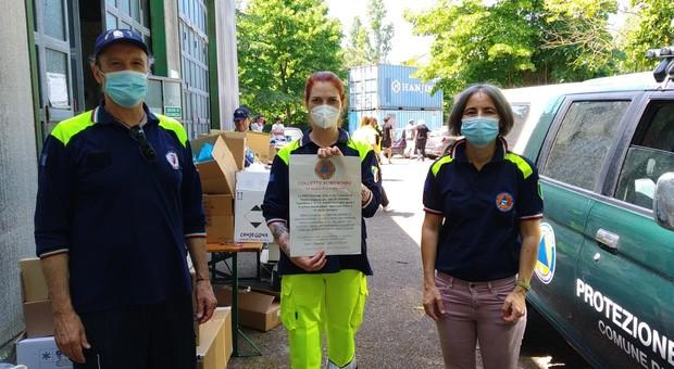 Cristiana Maceroni al centro della foto con l'assessora alla Protezione Civile di Rimini Anna Montini