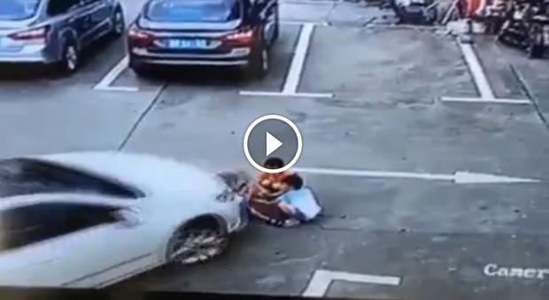 Donna al volante travolge tre bambini seduti a terra: uno dei piccoli è in coma