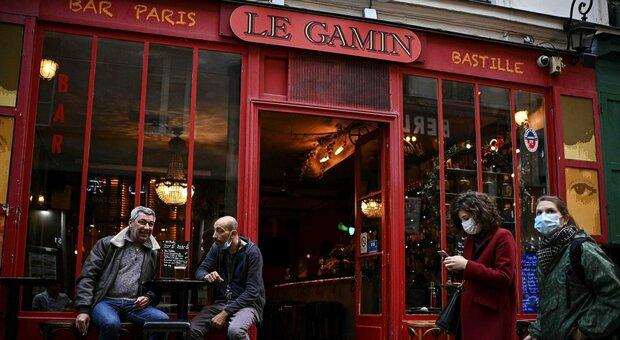 """Covid, stretta a Parigi: bar chiusi e restrizioni per i ristoranti. La città in """"zona scarlatta"""""""