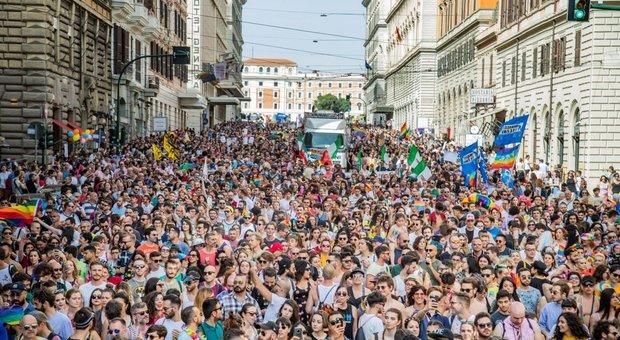 Roma Pride, al corteo striscioni contro Salvini e Lega: «Governo vuole cancellare famiglie arcobaleno»