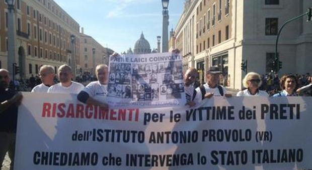 A San Pietro il primo sit-in di protesta delle vittime italiane della pedofilia