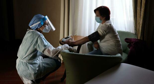 Covid, come curarsi dal contagio a casa quando compaiono i sintomi (e prima del tampone)