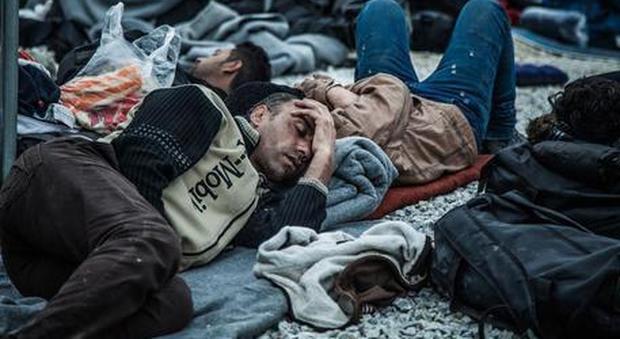 Lesbo, scoppia un incendio nel campo profughi: migliaia di migranti in fuga