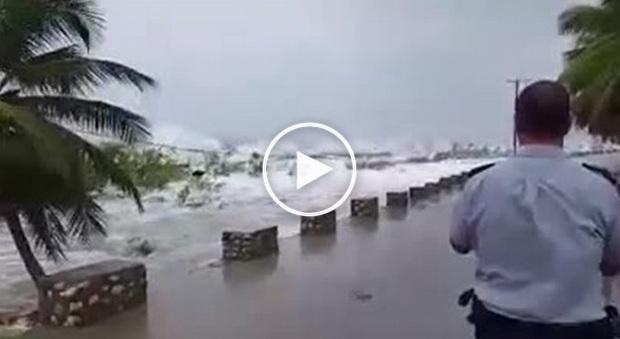 L'uragano Matthew si abbatte su Haiti: onde spaventose, almeno un morto -Foto/Video