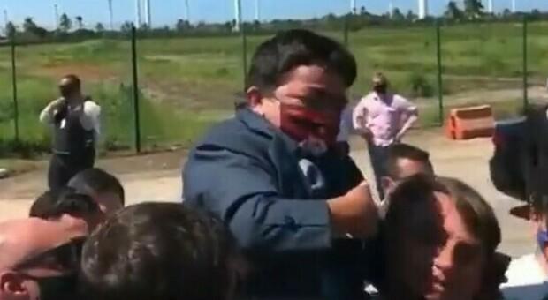Jair Bolsonaro, la gaffe del presidente brasiliano: prende in braccio un nano scambiandolo per un bambino