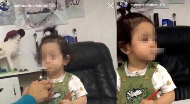 Fa fumare una sigaretta alla nipotina di 3 anni e posta il video su Instagram: arrestato lo zio