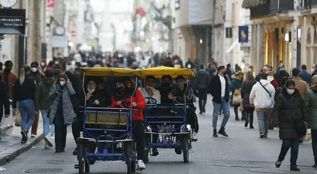 Zona gialla lunedì in 16 regioni: da Milano a Roma aprono ristoranti e musei (ma spostamenti vietati)