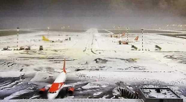Milano, forte grandinata paralizza l'aeroporto di Malpensa: la pista imbiancata
