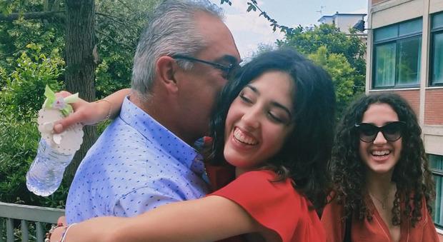 Il bellissimo abbraccio tra il geometra Emidio Catucci e la figlia Ariana alla fine dell'esame di Stato Maturità, il Covid diventa materia d'esame (foto Newpress)