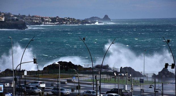 Meteo, scuole chiuse domani per il forte vento: la mappa dei comuni. Temperature giù