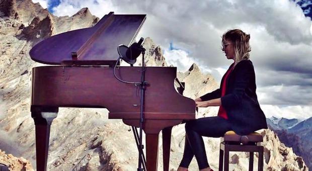 Recupera l'uso delle mani e suona a 5mila metri sull'Himalaya: «Dopo il record sono svenuta»