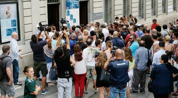 Nadia Toffa, centinaia in lacrime alla camera ardente: venerdì 16 agosto i funerali