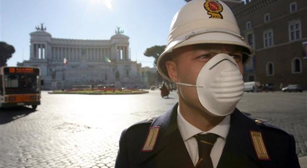 Un vigile con la mascherina a Piazza Venezia