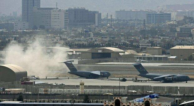 Afghanistan, razzi Isis su Kabul. Famiglia sterminata da raid Usa: 7 bimbi tra le vittime