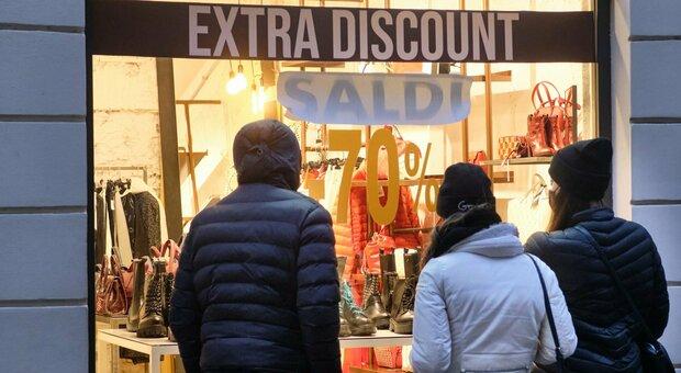 Saldi oggi al via nel Lazio, l'attesa dei negozi: «Speriamo nella ripresa». Ma pesa l'incognita commercio online