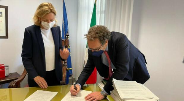 Maria Rosaria Covelli e Stefano Ubertini firmano la convenzione
