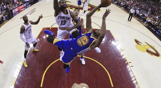 671df1aff2fe Cleveland rialza la testa e infligge a Golden State la prima sconfitta nei  playoff Nba. In gara-4 della finale i Cavaliers hanno battuto sul parquet  amico ...