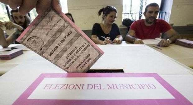 Tre milioni al voto, ballottaggi in 75 città. Il Pd prova a resistere