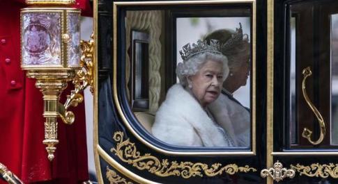 La Regina Elisabetta dice addio alle pellicce: «D'ora in poi le indosserà solo sintetiche»