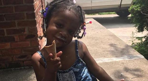 Bimba di 2 anni muore con la testa incastrata nel finestrino dell'auto: il papà si era addormentato