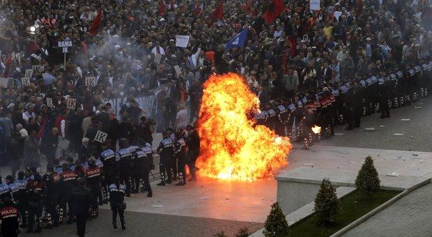 Albania scontri a Tirana molotov contro le sedi di governo e Parlamento