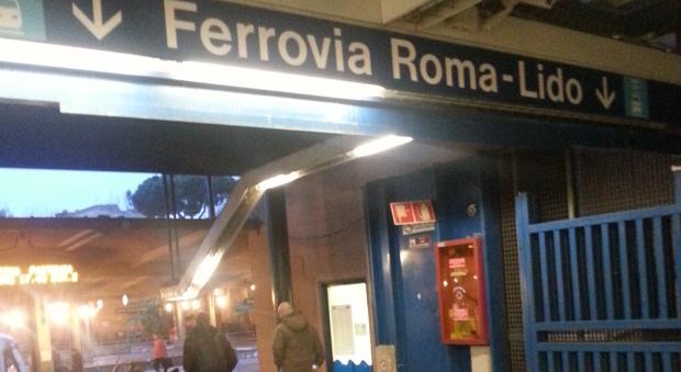 Roma, ramo cade sulla linea elettrica della Roma-Lido: rallentamenti sui treni