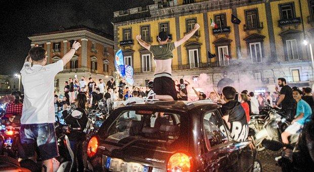 Napoli in festa per la Coppa Italia, ira dell'Oms: «Sciagurati i tifosi in piazza»