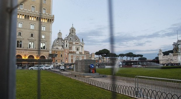 Da Spelacchio a Spezzacchio, l'ironia dei social sull'abete di Roma