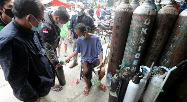 Variante Delta, Indonesia in ginocchio: manca l'ossigeno, 60 morti in un ospedale