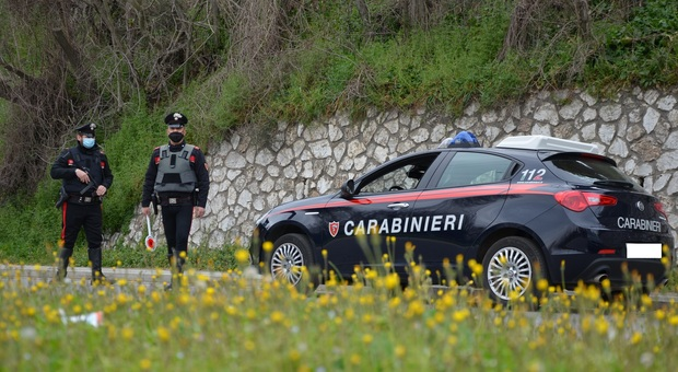 Sei giovani su un'auto bloccati dai carabinieri e sanzionati, in un calzino nascosto un grammo di hashish