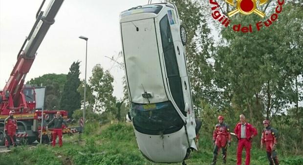 Roma, tassista perde il controllo dell'auto e finisce in un canale: salvo per miracolo