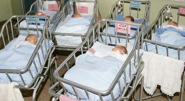 L'Italia di nonni e culle vuote: il record negativo delle nascite