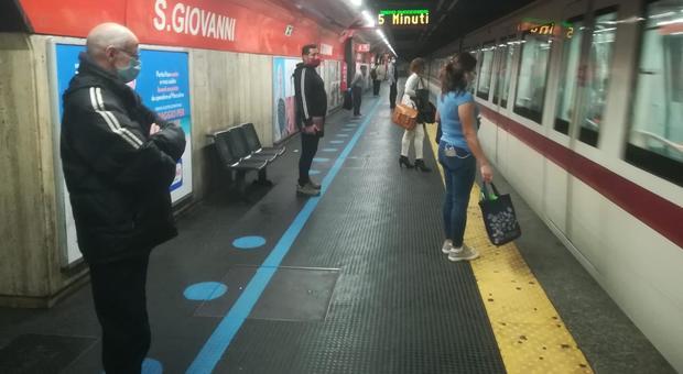 Pallini blu per distanziare i passeggeri in metro