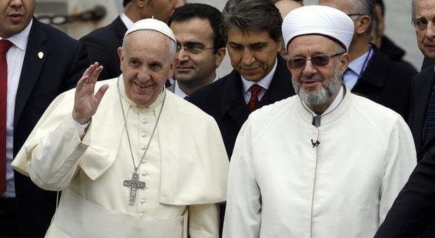 Papa Francesco a piedi scalzi prega accanto al mufti alla Moschea blu di Istanbul