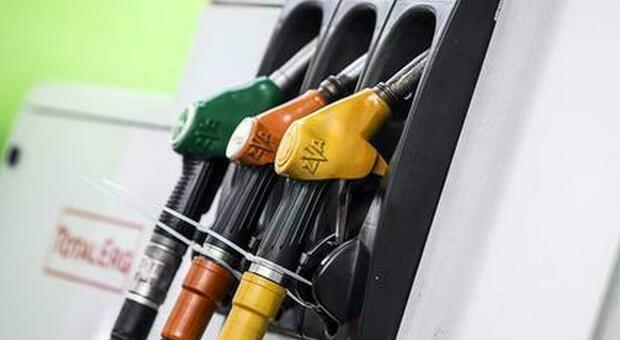 Benzina, nuovi rincari: prezzi record da ottobre 2018. Codacons: +324 euro all'anno a famiglia