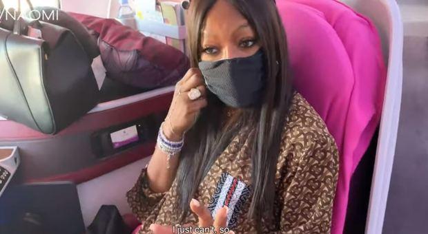 Naomi Campbell in aereo: «La gente tossisce, uso sempre la mascherina»