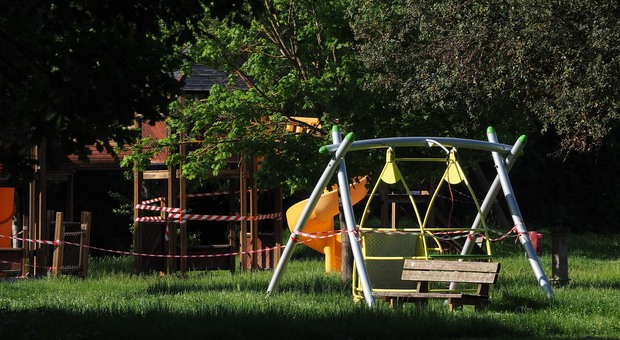 Giochi per bambini vietati in un parco per rispetto delle norme anti Covid-19